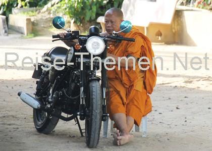 Koh Samui Mönch mit Motorrad Copyright Karsten-Thilo Raab